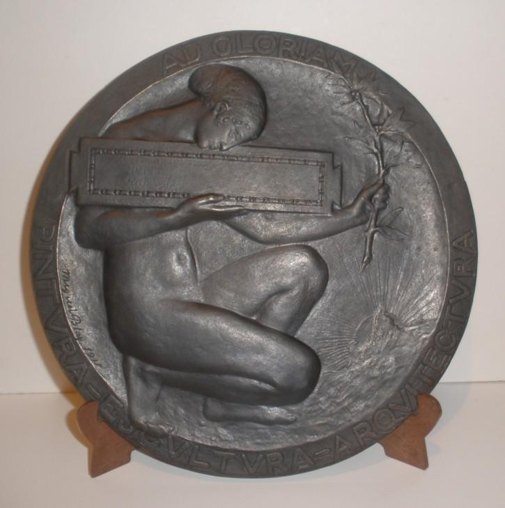 Musa. Placa conmemorativa de la Exposición Nacional de Bellas Artes