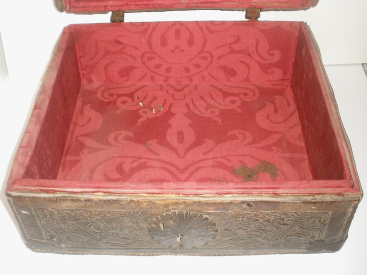Leather mexican box 17th century. .